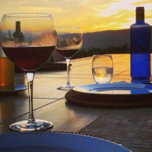 Eten en drinken bij de ondergaande zon